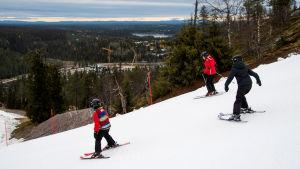 Laskettelijoita Rukan hiihtokeskuksessa Kuusamossa perjantaina