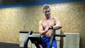 Joensuulainen Henri Heiskanen mittaa sykettä kuntopyöräharjoittelun jälkeen.