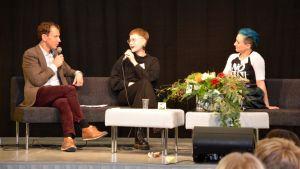Juha Itkonen, Mansikkka ja Magdalena Hai Turun Kirjamessuilla 5.10.2018.