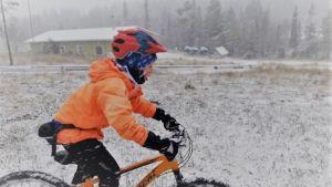 Posiolla pyöräilysää muuttui perjantaina talviseksi.