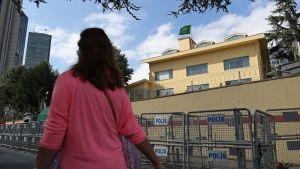Nainen kävelee Saudi-Arabian konsulaatin ohitse Istanbulissa.