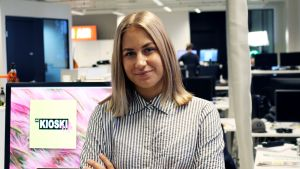 Sometoimittaja Emma Karasjoki Yle Kioskin toimistolla.