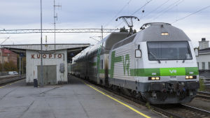 Juna Kuopion asemalla.