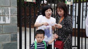 4-vuotias Xiangxiang odottaa äitiään, joka puhuu opettajan kanssa. Päivähoito on Kiinassa paljon koulumaisempaa kuin Suomessa.