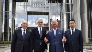 Meng Hongwei (oikealla)  Interpolin päämajan edessä Ranskan sisäministerin Gérard Collombin (vasemmalla), Interpolin pääsihteerin Jürgen Stockin (toinen vasemmalta) ja Britannian prinssi Charlesin kanssa.