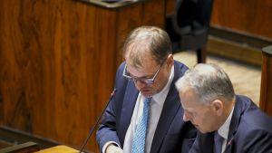 Pääministeri, keskustan puheenjohtaja Juha Sipilä ja maa- ja metsätalousministeri Jari Leppä eduskunnan täysistunnossa Helsingissä 5. lokakuuta.