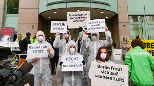 Ympäristöjärjestö Deutsche Umweltshilfe (saksalainen ympäristöapu) DUH:n kannattajat osoittivat mieltään Berliiniin hallinto-oikeuden edessä tiistaina.