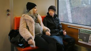 Kiira (Rosa Honkonen) ja Lenni (Jere Ristseppä) ovat epätodennäköinen pariskunta, jonka yhden yön juttu niittaa yhteen.