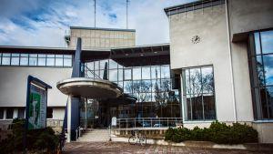Kalajoen kaupungintalon julkisivu.