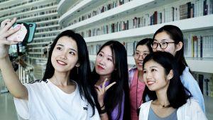 Wang Xinyu on tullut ystäviensä Qu Yinin (vas.), Wang Fengyuanin, Zhang Kexinin ja Meng Ziranin kanssa ottamaan kuvia Tianjinin kirjastoon.