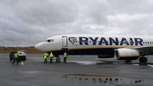 Ryanairin lentokone Lappeenrannan lentokentällä.
