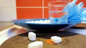 Sokeripaloja, etikkaa ja tiskiriepu hellan päällä.