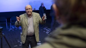 Timo Piilonen keskustelee ihmisien kanssa Finnpulpin tiedotustilaisuuden loputtua.