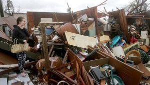 Haley Nelson tuhoutuneen kodinsa edustalla Panama Cityssa.
