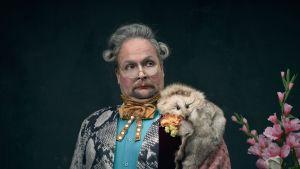 Vesa-Matti Komonen esittää vapaaherra von Wahlbergiä Rovaniemen teatterin Aateliskalenteri-komediassa.