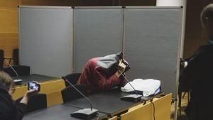 Kymmenien poikien hyväksikäytöstä epäilty mies Helsingin käräjäoikeudessa 11. lokakuuta 2018.