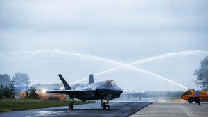 Lockheed Martin F-35 Lightning II -hävittäjiä Leeuwardenissa Hollannissa.