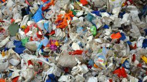 Muovijätettä odottamassa lajittelua