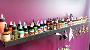 Väripulloja tatuointistudiolla Porissa.