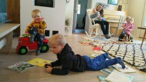Perheen nuorimmat Ohto 3kk (Anni Vähäsöyringin sylissä), Unto 2v, Onni 4v ja Ilona 5v ovat kotona. Perheen neljä vanhinta lasta ovat koulussa.