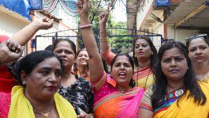 Intian kongressin naisaktivistit vaativat Oshiwaran poliisiaseman ulkopuolell Nan Patekarin pidätystä 11. lokakuuta.