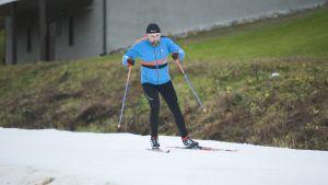 Mies hiihtämässä.