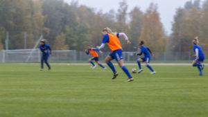 Naisten jalkapallon yleiskuvaa.