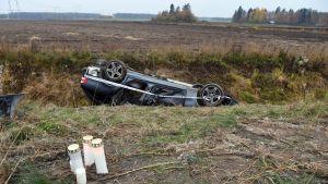 Onnettomuusauto ojassa.