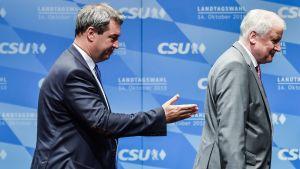 Söder ja Seehofer lavalla, Söder viittoo kädellään.