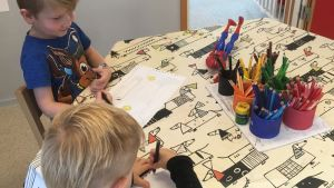 Aurinkorinteen vuoropäiväkodin lapset piirtävät