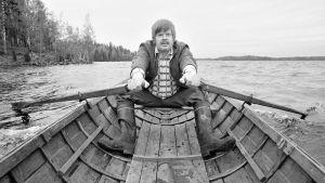 Arto Paasilinna soutelemassa Lahnajärvellä.