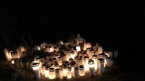Kolmen nuoren kuolemaan johtaneen onnettomuuden tapahtumapaikalla on kynttilämeri.