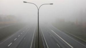Auto sumuisella tiellä.