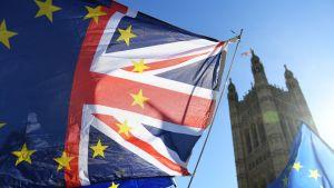 Britannian ja EU:n lippuja parlamenttitalon edustalla Lontoossa.