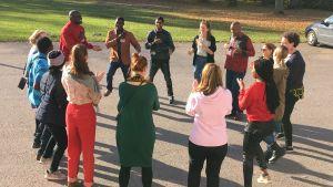 Joukko nuoria tanssii ja laulaa Anjalan Nuorisokeskuksen pihalla.