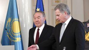 Kazakstanin presidentti Nursultan Nazarbajev ja Sauli Niinistö yhteisessä mediatilaisuudessa 17. lokakuuta.