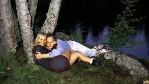 Pari leppien alla, 1996. Jouko Lehtolan sarjasta Nuoret sankarit.
