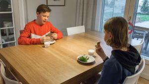 Emil Lindström ja Joona Tarjavuori syövät leipää