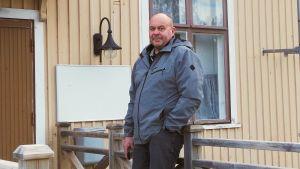 Åke Vastavirta nojaa terassin kaiteeseen.
