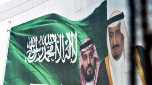 Kuningas Salmanin ja hänen poikansa kruununprinssi Mohammed bin Salmanin kuvat liehuivat Riadissa.