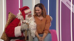 Näyttelijä Ushma Karnani tapasi joulupukin Puoli seitsemän -ohjelmassa