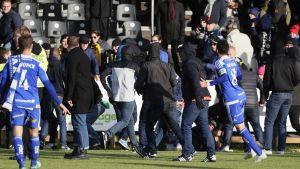 HJK-fanit ryntäsivät kentälle syyskuussa