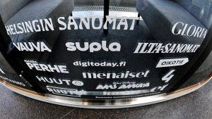 Sanoma Oyj:n mediatuotteiden logoja ikkunassa.