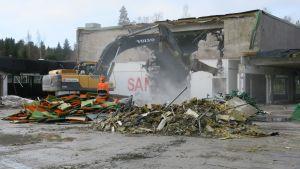 Kuusankosken vanhaa ammattikoulua puretaan