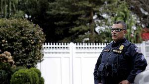 Poliisi Hillary Clintonin kodin edustalla