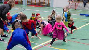 Lapsia Ylivieskan liikuntakeskuksessa supersankarikoulutuksessa.