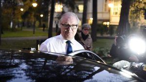 Akavan puheenjohtaja Sture Fjäder poistuu pääministerin virka-asunnolta Kesärannasta Helsingissä 25. lokakuuta