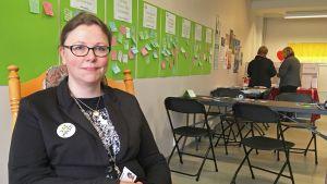 Kulttuurijohtaja Pia-Maria Ahonen tapasi kaupunkilaisia keinutuolissa pop up -toimistossa.