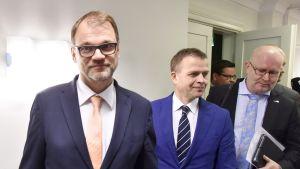 pääministeri Juha Sipilä, valtiovarainministeri Petteri Orpo ja työministeri Jari Lindström saapuvat tiedotustilaisuuteen pääministerin virka-asunnolla Kesärannassa Helsingissä 25. lokakuuta