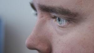 Miehen silmät.